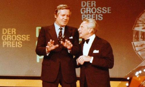 """Das Bild zeigt Wim Thoelke, Moderator der neuen Sendung """"Der Große Preis"""", im Gespräch. mit dem Schauspieler Georg Thomalla."""
