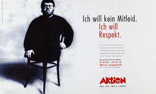 Ein Plakat der Aktion Sorgenkind zeigt einen jungen Mann ohne Beine, der sehr selbstbewusst auf einem Hocker sitzt. Der Text daneben titelt: Ich will kein Mitleid. Ich will Respekt.