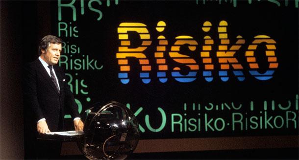 """Das Foto zeigt Wim Thoelke auf der Bühne der ZDF-Sendung """"Risiko""""."""