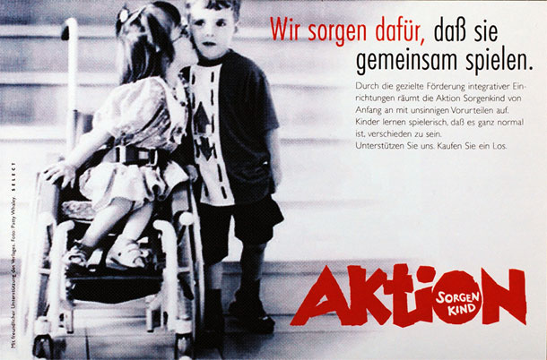 Ein Plakat der Aktion Sorgenkind zeigt zwei Kinder. Das Mädchen sitzt im Rollstuhl und küsst den Jungen, der neben ihr steht. Im Text dazu heißt es: Wir sorgen dafür, dass sie gemeinsam spielen.