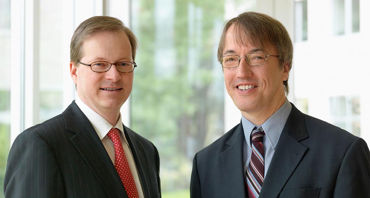 Ein Portrait der beiden Vorstände Armin von Buttlar und Martin Georgi. Sie lächeln beide in die Kamera.